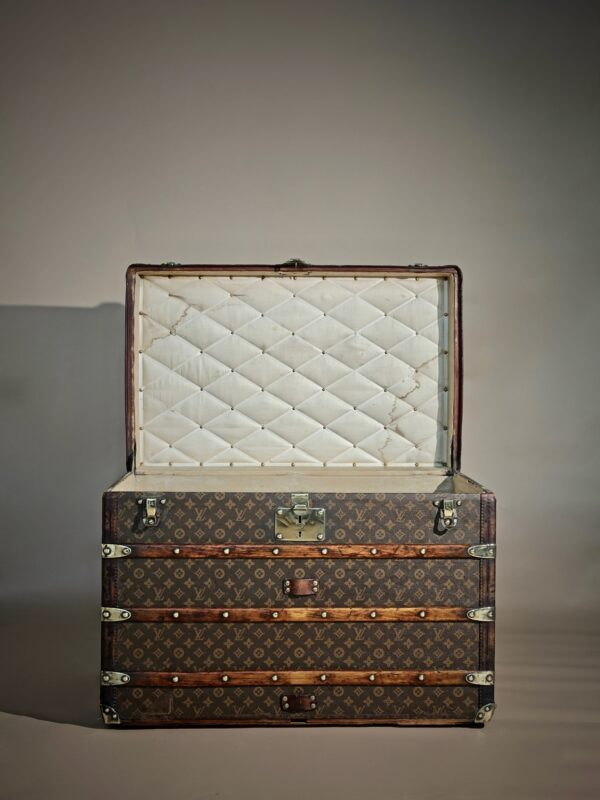 the-well-traveled-trunk-louis-vuitton-thumbnail-product-5502A-2