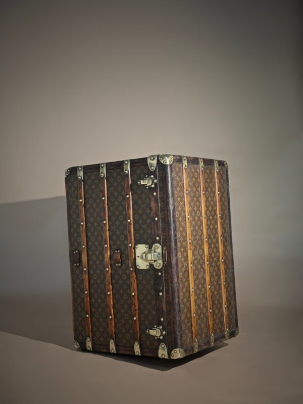 the-well-traveled-trunk-louis-vuitton-thumbnail-product-5502A-3