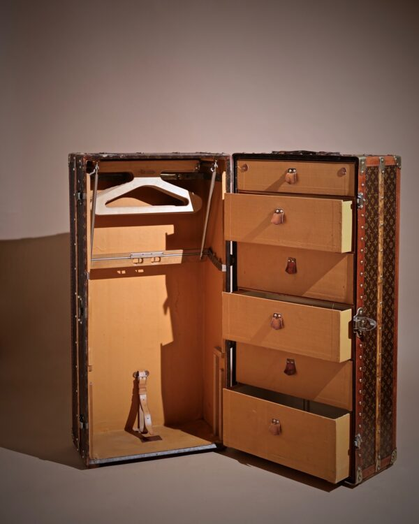the-well-traveled-trunk-louis-vuitton-thumbnail-product-5711-6