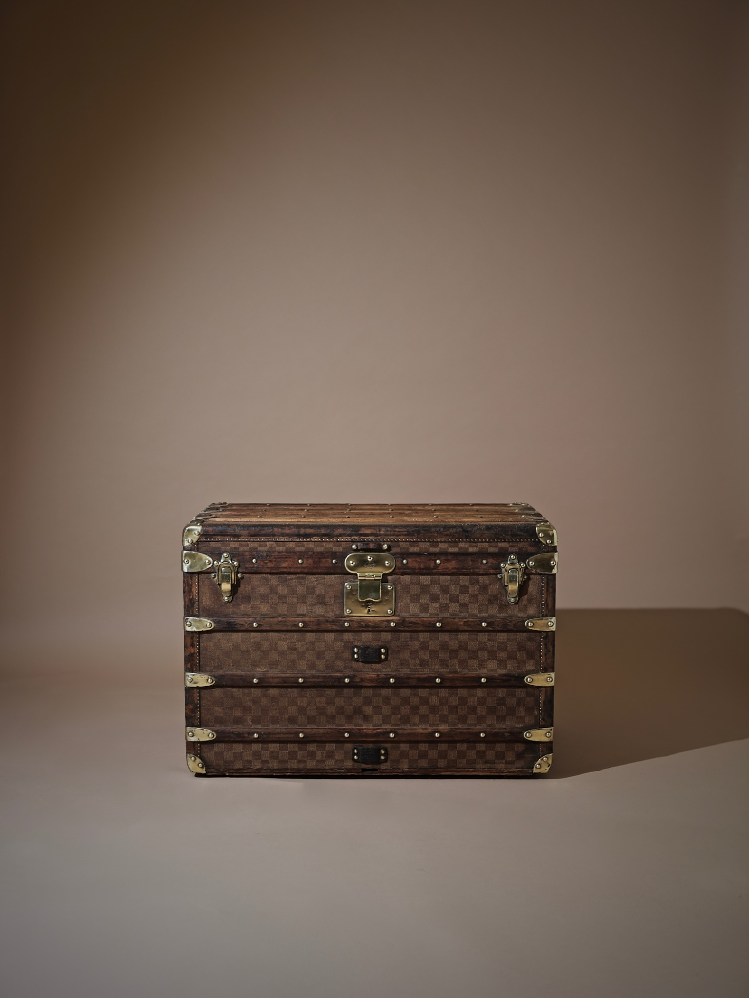 the-well-traveled-trunk-louis-vuitton-thumbnail-product-5718A-1