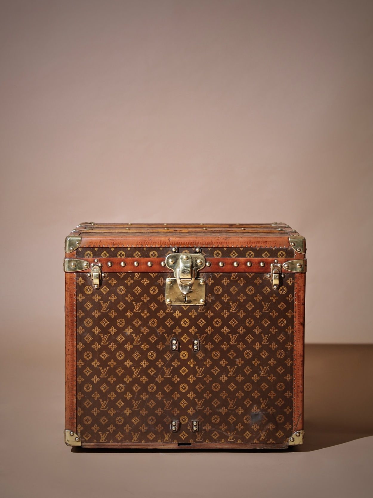 the-well-traveled-trunk-louis-vuitton-thumbnail-product-5729-1