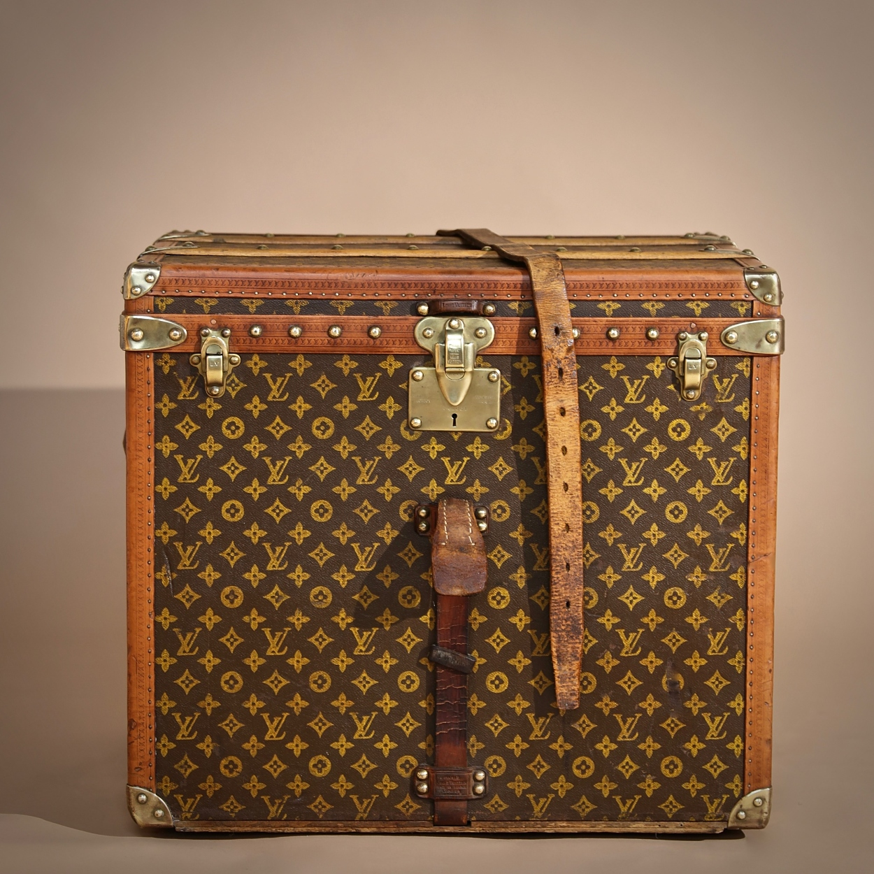the-well-traveled-trunk-louis-vuitton-thumbnail-product-5735